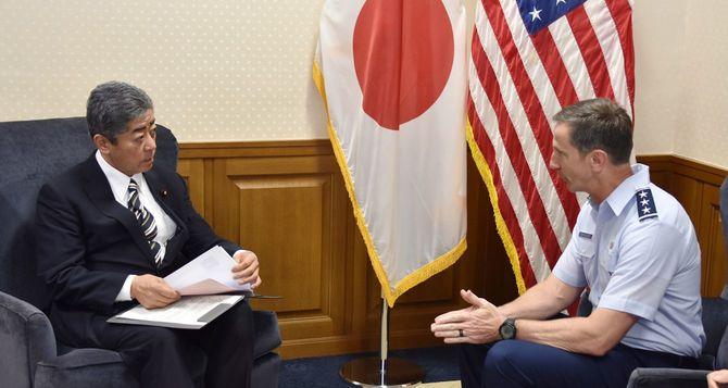 岩屋毅防衛相とシュナイダー在日米軍司令官
