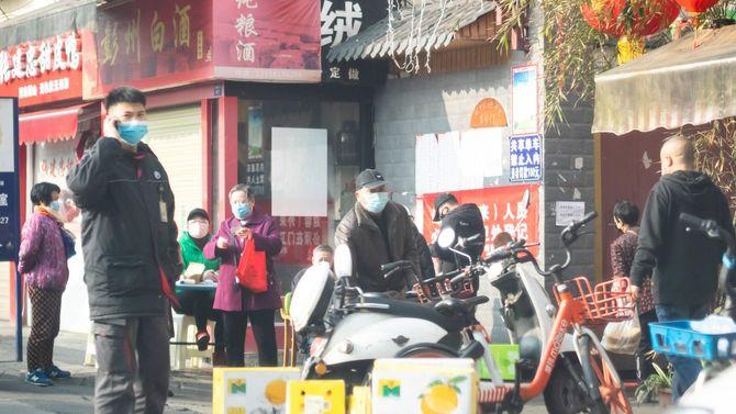 2020年2月11日の中国・成都市。人々はみなサージカルマスクを着用している