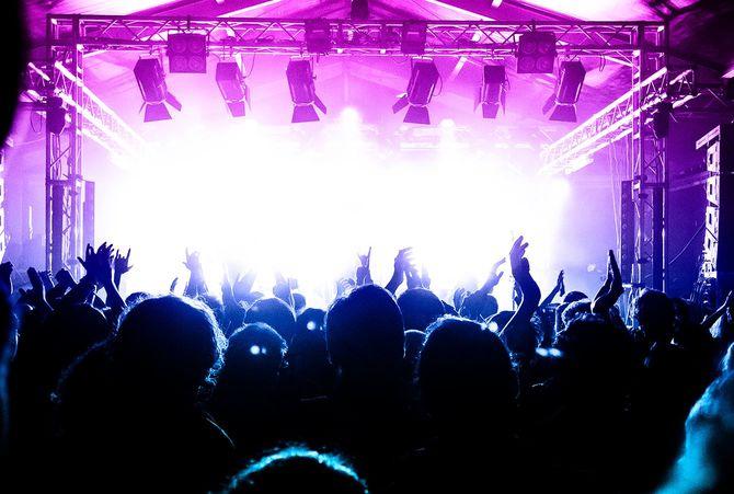 ライブミュージックの群衆