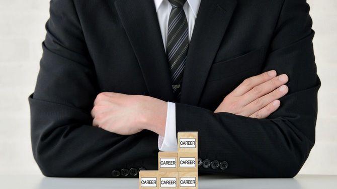 腕を組むビジネスパーソン、キャリアアップのコンセプト