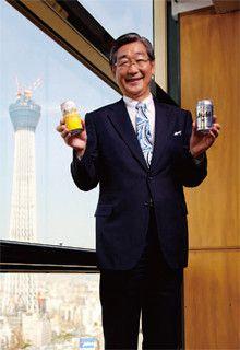 <strong>泉谷直木 アサヒビール社長</strong>●1948年生まれ。京都府出身。京都産業大学法学部卒。72年入社。86年から10年間広報マンとして活躍。経営企画部などを経て2003年取締役に就任。10年3月から現職。完成間近のスカイツリーを背に逆襲を誓う。