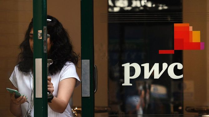 2018年7月31日、イギリス・ロンドンのプライスウォーターハウスクーパース(PWC)の敷地内を通る女性。