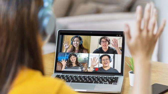 ビデオ会議中の女性