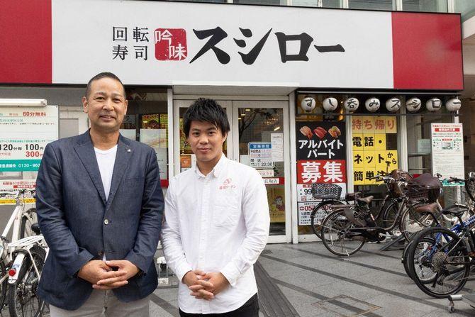 堀江陽社長(左)と聞き手の寿司リーマン(右)。スシロー本社(大阪府吹田市)のお膝元、江坂店の前で撮影。
