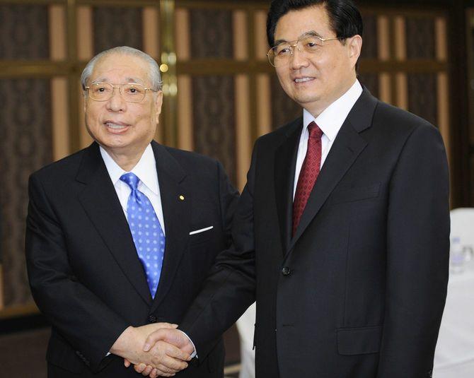 2008年5月8日、東京都内のホテルで、会談を前に創価学会の池田大作名誉会長(左)と握手する中国の胡錦濤国家主席。