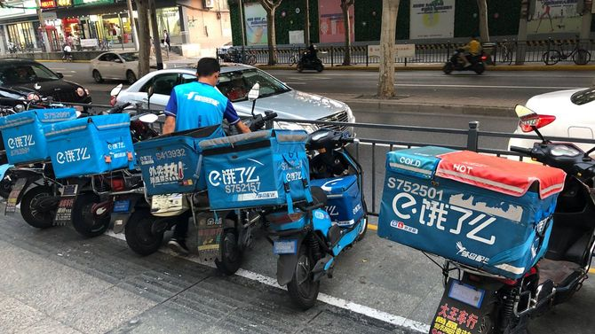 中国の配達バイクが並ぶ…