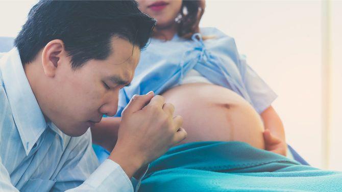 妻の妊娠、出産を心配する男性
