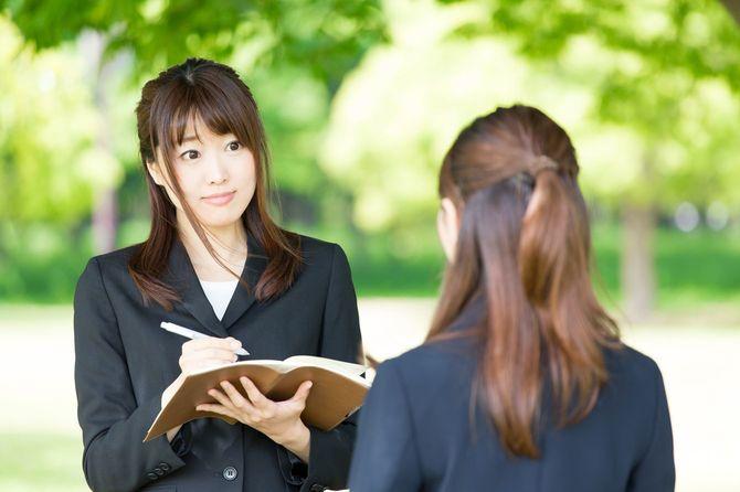 公園で話すアジアの実業家