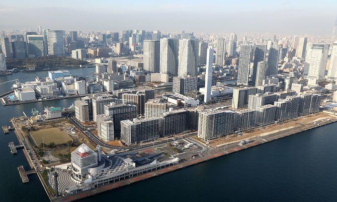 晴海埠頭で建設が進み、完成が近い2020年東京五輪・パラリンピックの選手村=2019年11月13日、東京都中央区[時事通信社ヘリより]