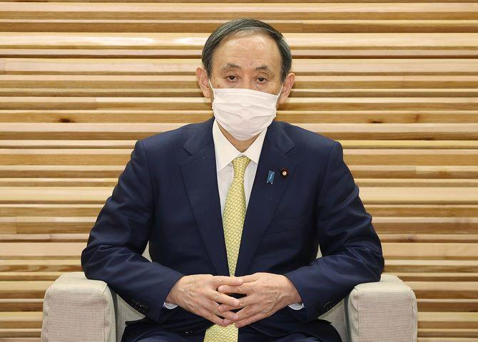 臨時閣議に臨む菅義偉首相