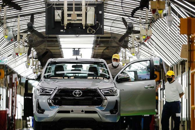 アルゼンチン・ブエノスアイレス州サラテ市のトヨタ自動車工場で働く作業員ら=2021年3月15日