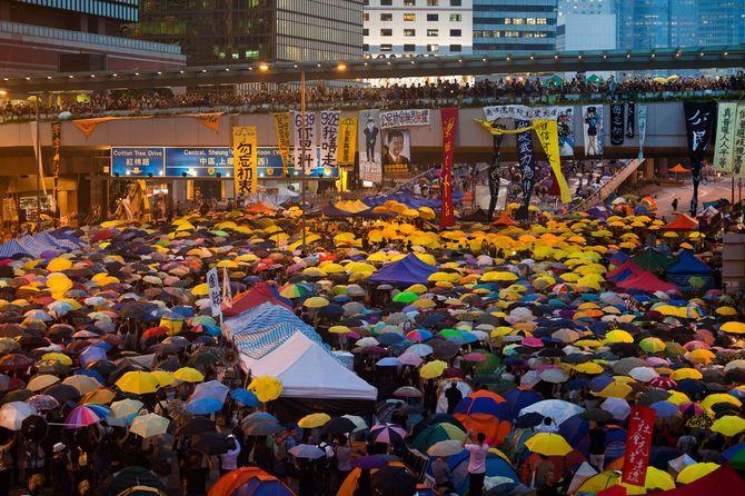 香港中心エリアで抗議する市民=2014年10月28日