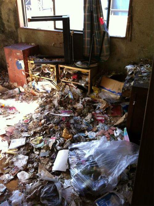 カビとゴミだらけの部屋。人を殺すのはカビではないかと思うくらい、事故物件にはカビが多い。この部屋からは新品の掃除機も出てきた。