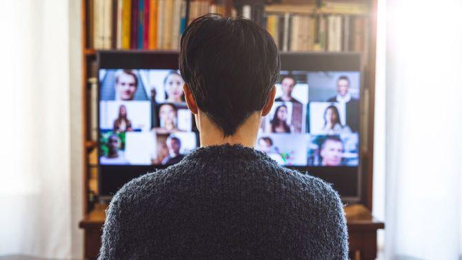 仕事のためのビデオ会議でデバイス画面の前にいる女性