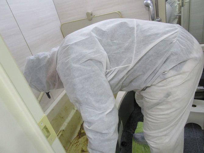 浴槽内の汚れをタオルで拭き上げていく。