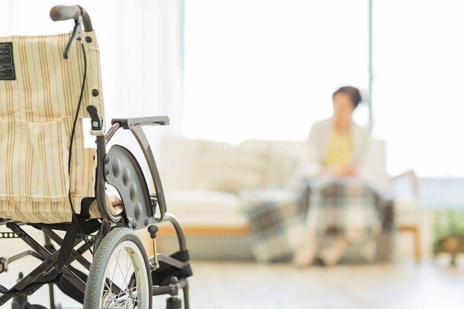 車椅子の年輩女性