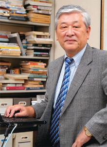 <strong>野口悠紀雄●のぐち・ゆきお</strong><br>1940年、東京都生まれ。東京大学工学部卒。<br>エール大学にて経済学博士号を取得。<br>旧大蔵省、東京大学教授、スタンフォード大学客員教授などを経て、現在は早稲田大学大学院ファイナンス研究科教授。<br>著書に前作『「超」整理法』をはじめ、『「超」勉強法』など多数。