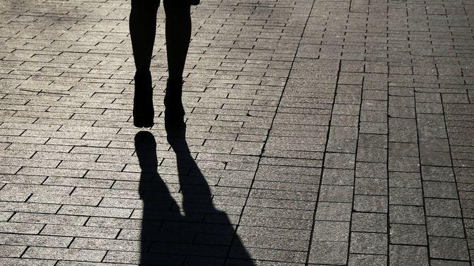 歩道にのびる女性のシルエット