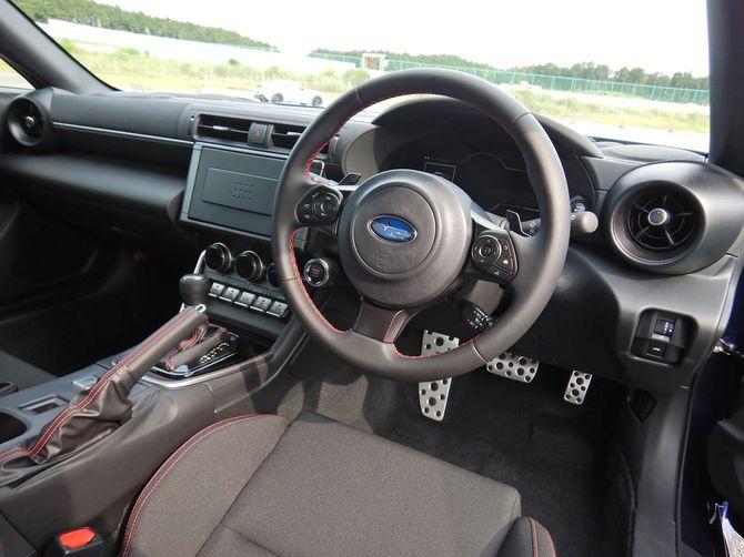 「BRZ」運転席の様子。視界が広く安全に走れる