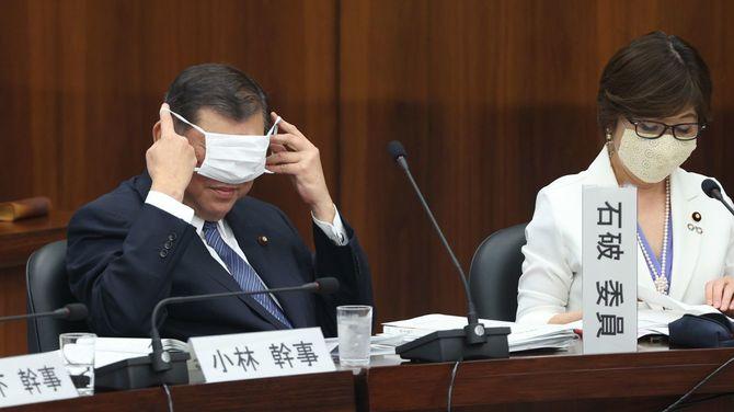 今国会初めて開かれた衆院憲法審査会の答弁前、マスクを着ける自民党の石破茂元幹事長(左)=2020年5月28日、国会内