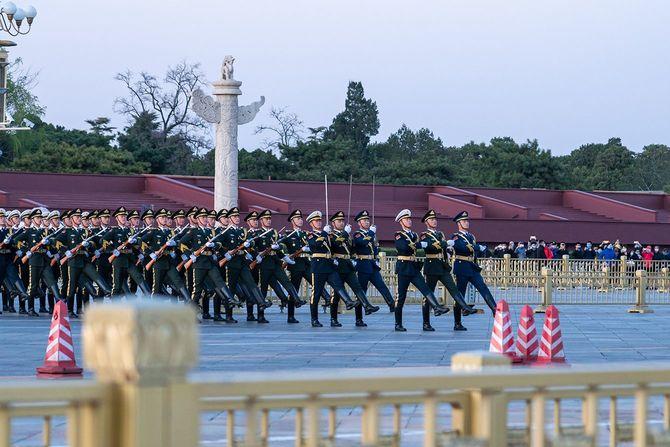 北京天安門国旗警備隊が行進