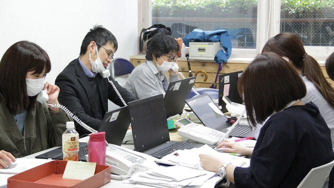 新型コロナウイルスの電話相談対応に追われる保健所職員ら[東京都港区提供]=2020年4月8日