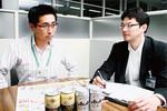 写真右から遠藤琢司氏(アサヒ)、柳井剛氏(ヨーカ堂)。自社の新商品が、スーパードライの客をとらないか細心の注意を配る。