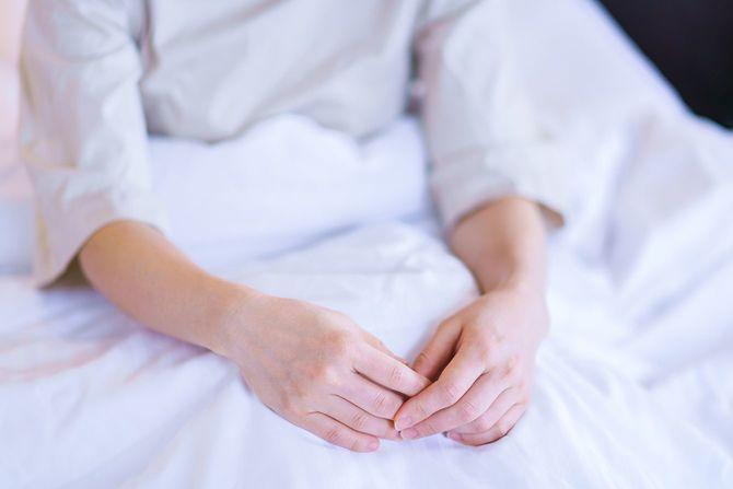 中年女性はベッドの上で早起き
