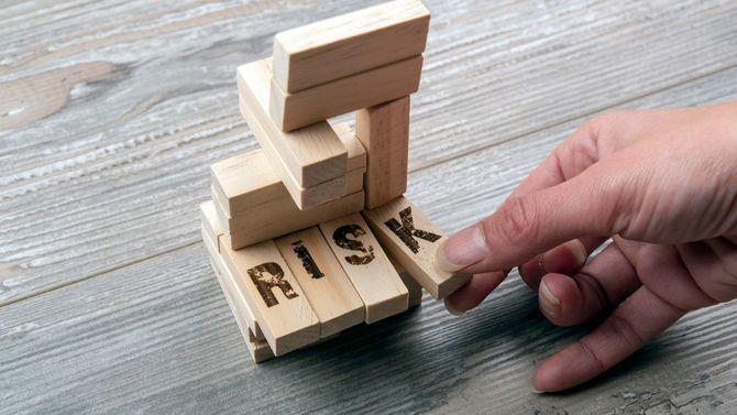 木製のブロックタワーから1ブロックを取る