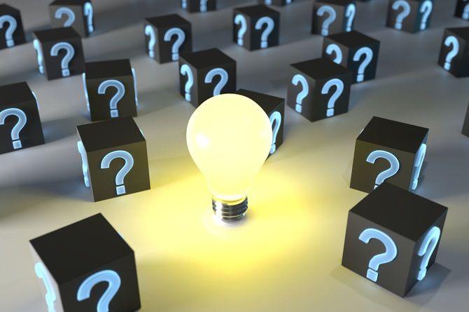 クエスチョンマークが描かれたたくさんのブロックに囲まれた電球