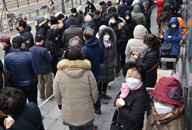 マスクを買うために並んでいる人たち=2020年3月4日(韓国・ソウル)