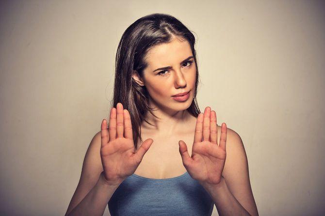 拒否のポーズをとる女性