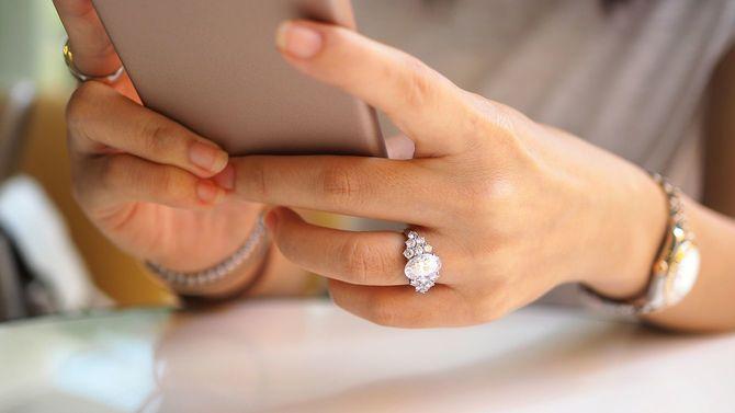 スマート フォンを使って女性の手のクローズ アップ