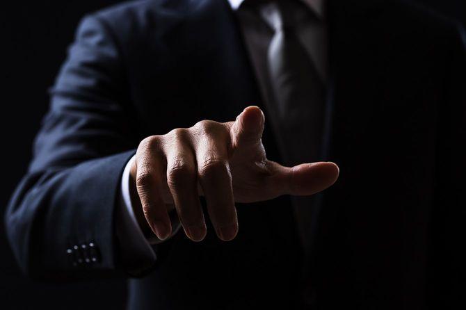指をさすビジネスマン