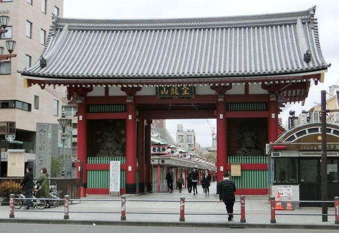 人がまばらな東京・浅草の雷門=2020年4月12日、東京都台東区