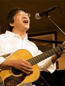 <strong>藤本すすむ</strong> 53歳●1954年、新潟県生まれ。横浜市立大学商学部卒。高校時代にフォークグループを結成。20代半ばからライブハウスで歌い始める。いくつものアルバイトを経験し、94年、行政書士事務所を開業。国内・国外と多くの旅をし、昨年はトルコでもステージに立った。