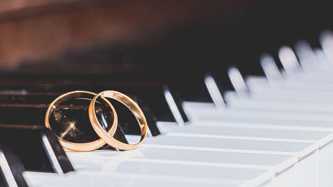 ピアノの鍵盤の上に一対の結婚指輪