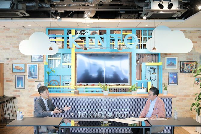 KINTOの小寺信也社長(左)と立教大学ビジネススクールの田中道昭教授(右)