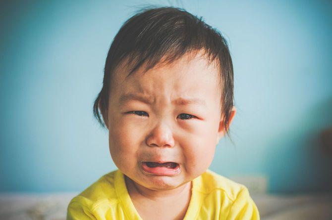 泣いているアジアの赤ちゃん