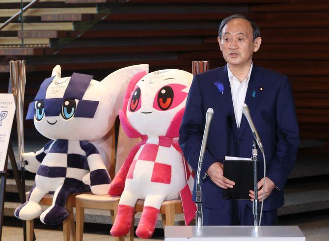 東京五輪の1都3県での無観客開催が決まり、記者団の質問に答える菅義偉首相。2021年7月9日午前、首相官邸