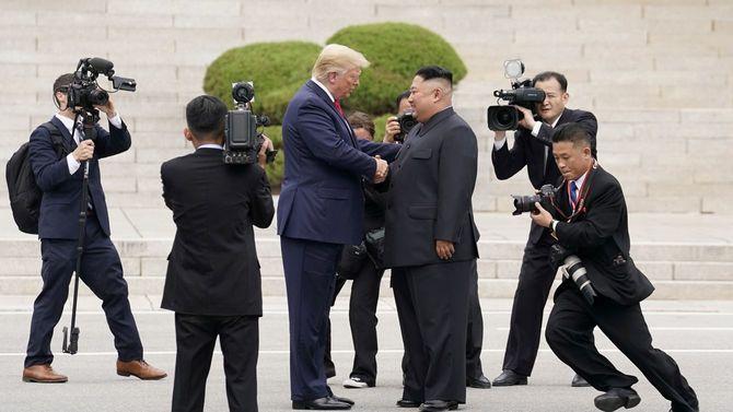 2019年6月30日、ドナルド・トランプ大統領と金正恩朝鮮労働党委員長が南北朝鮮の軍事境界線上にある韓国・板門店にて面会。