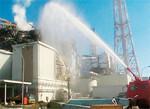壊滅的に破損した福島第一原発の原子炉3基。消防庁レスキュー隊により決死の放水活動が展開されたが、復旧の目処は立っていない。(写真=陸上自衛隊/PANA)