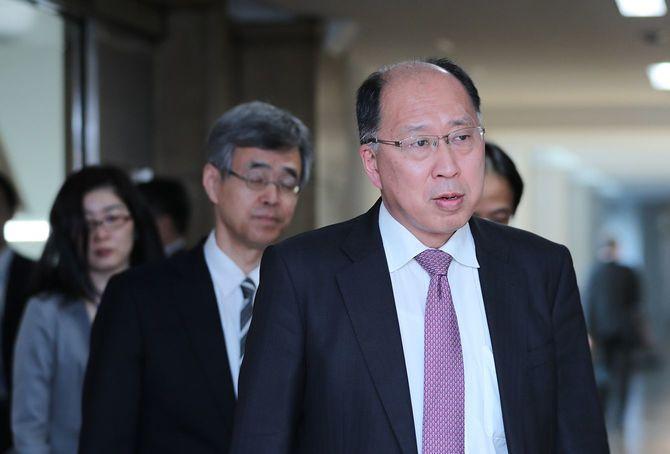 急激な株安・円高を受けて情報交換会合に臨む、金融庁の遠藤俊英長官(右手前)