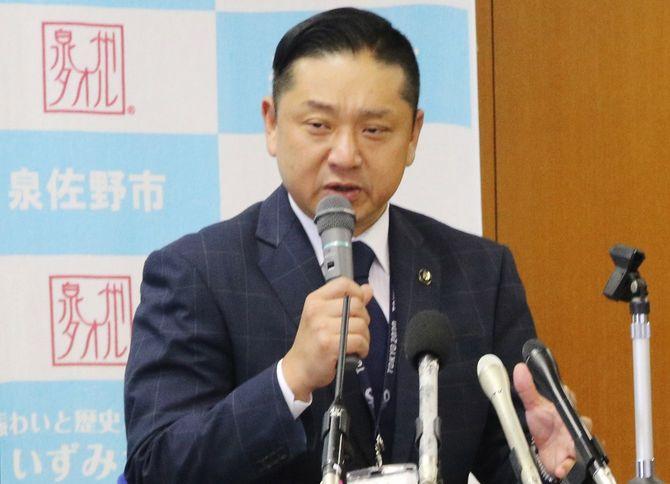 大阪府泉佐野市のふるさと納税新制度への復帰決定を受け、記者会見する千代松大耕市長=2020年7月3日、同市