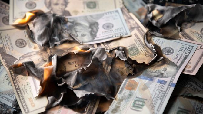 燃やされる米ドル紙幣