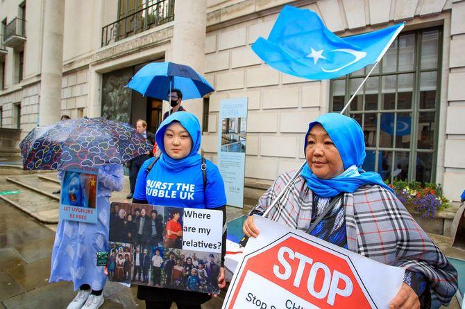 2021年8月5日、英国・ロンドンで、中国の新疆ウイグル自治区で進行中の人権侵害をめぐり、ウイグル人を支援するデモが行われ、ロンドン中心部の中国大使館の外に集まった人々。