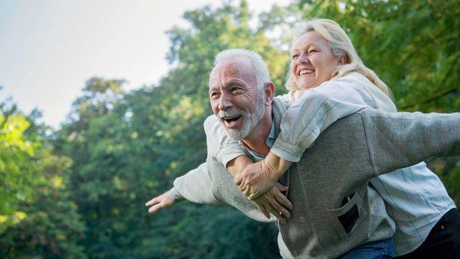 屋外で自然な笑顔のシニアカップル