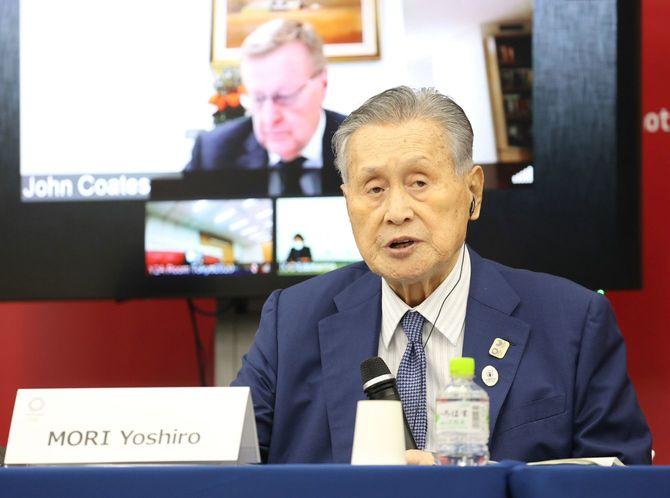 IOC調整委員会との会合終了後、記者会見であいさつする東京五輪・パラリンピック組織委員会の森喜朗会長。奥はジョン・コーツIOC副会長=2020年9月25日、東京都中央区[代表撮影]