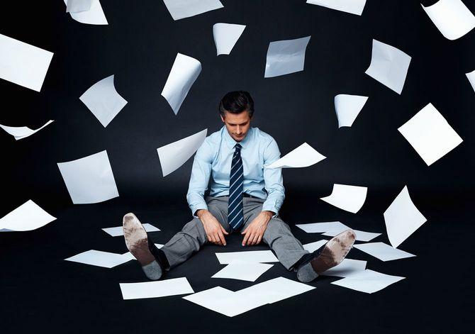 床に座り、ストレスをかかえている人