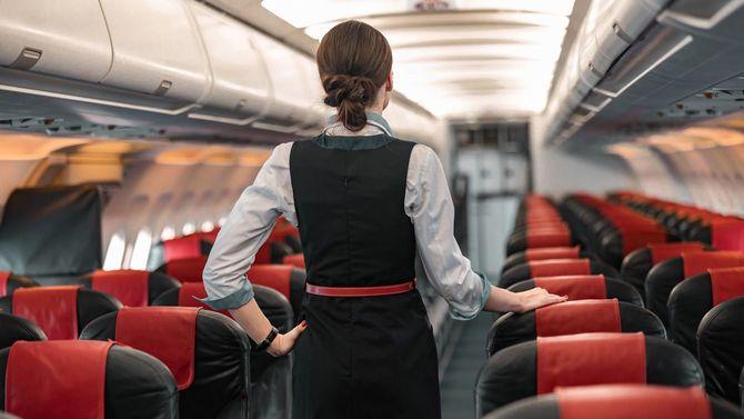 機内で義務を果たしている客室乗務員